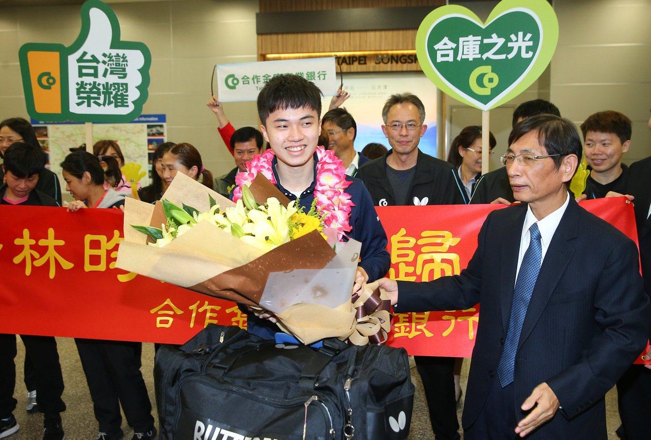 台灣桌球「一哥」林昀儒(左)昨天回台,合庫許多人到松山機場接機歡迎他載譽歸國,讓...