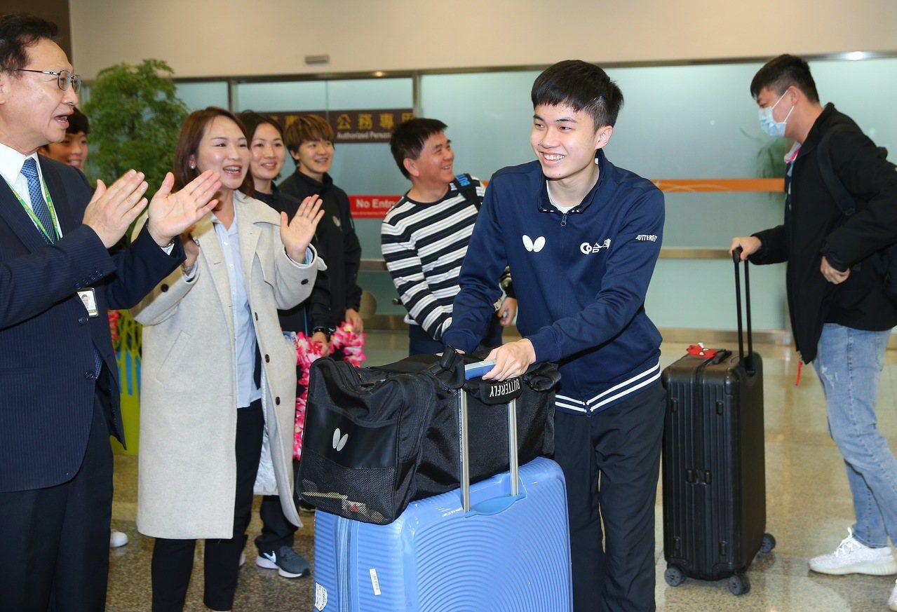 林昀儒(中)昨天回台,合庫派人大陣仗到松山機場接機歡迎他歸國。 記者余承翰/攝影
