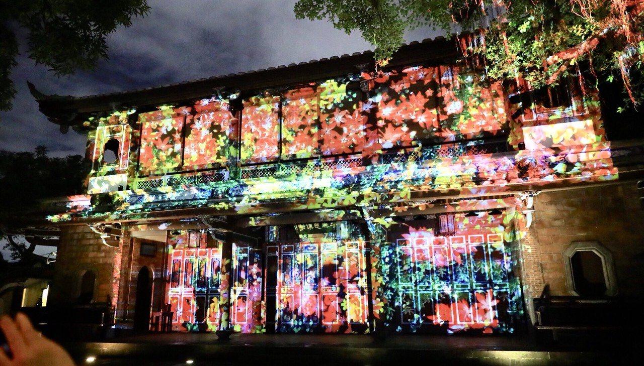 林家花園「來青閣」的光雕秀,先是3分鐘精彩的「蝶舞光綴」光雕投影表演,緊接著12...
