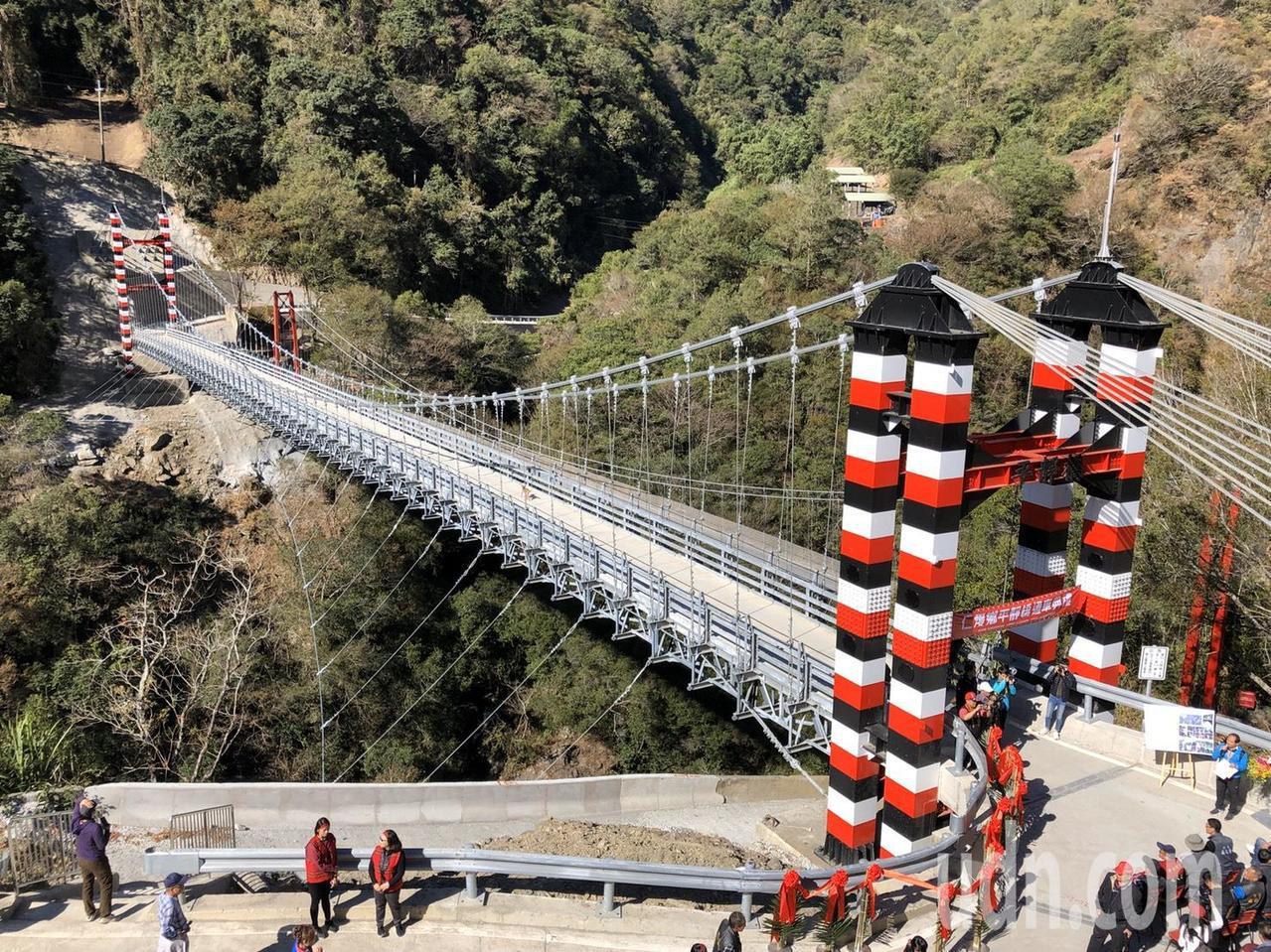 南投縣仁愛鄉平靜橋今啟用,雖是吊橋,但採鋼構、鋼柱設計,載重可達13.5公噸,因...