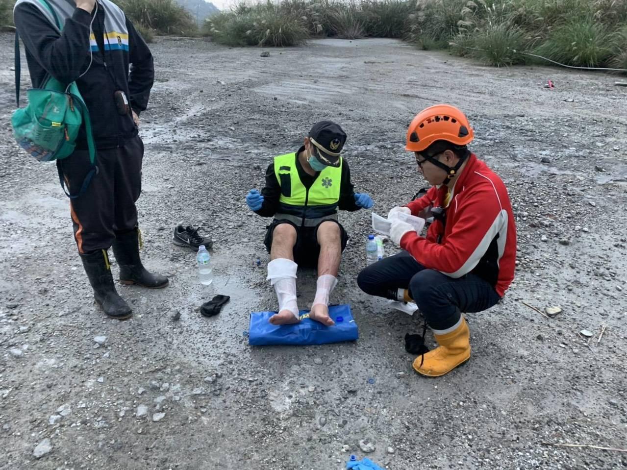 新北市消隊人員出勤到溫泉區救護時,雙腳陷入鬆軟泥地燙傷,自行用燙傷急救包急救,等...