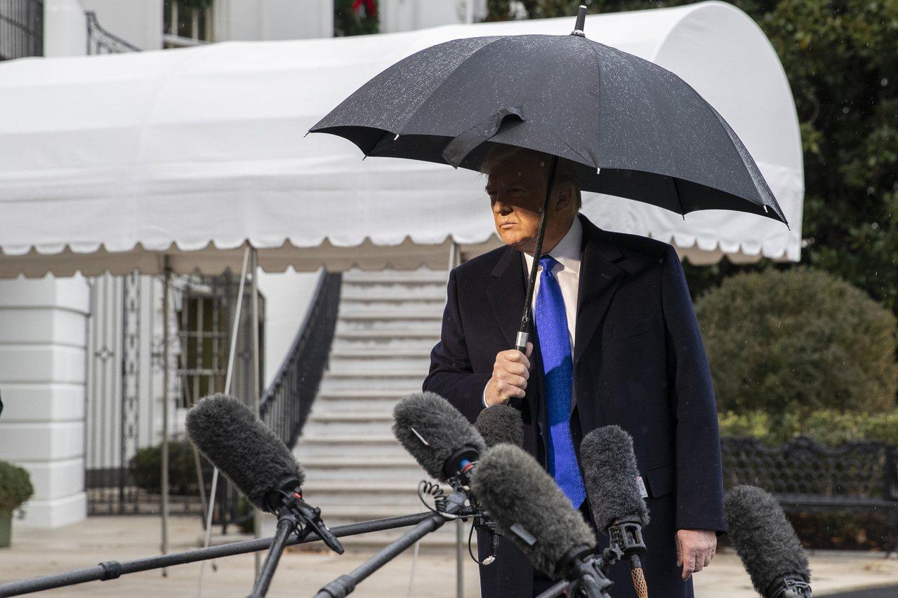 天空下著雨。美國總統川普2日由白宮出發前往倫敦參加北約峰會時,與媒體記者談話。 ...