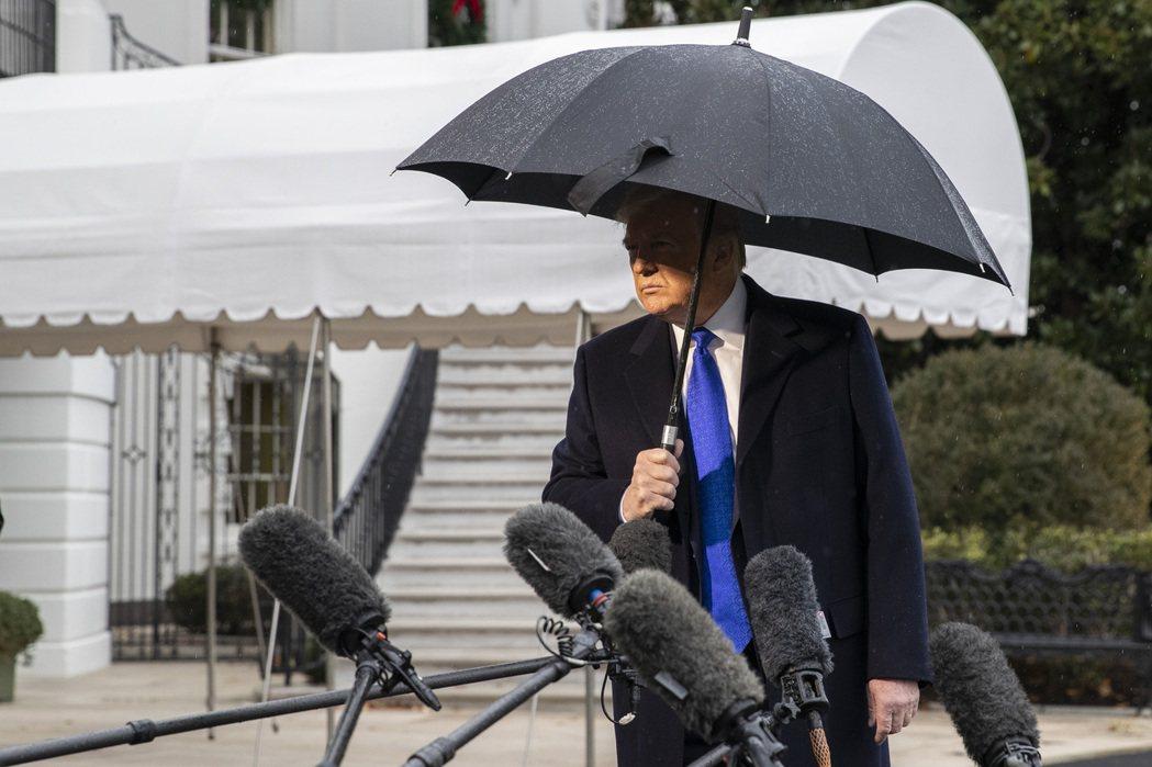 美國總統川普2日由白宮出發前往倫敦參加北約峰會時,與媒體記者談話。   (美聯社...