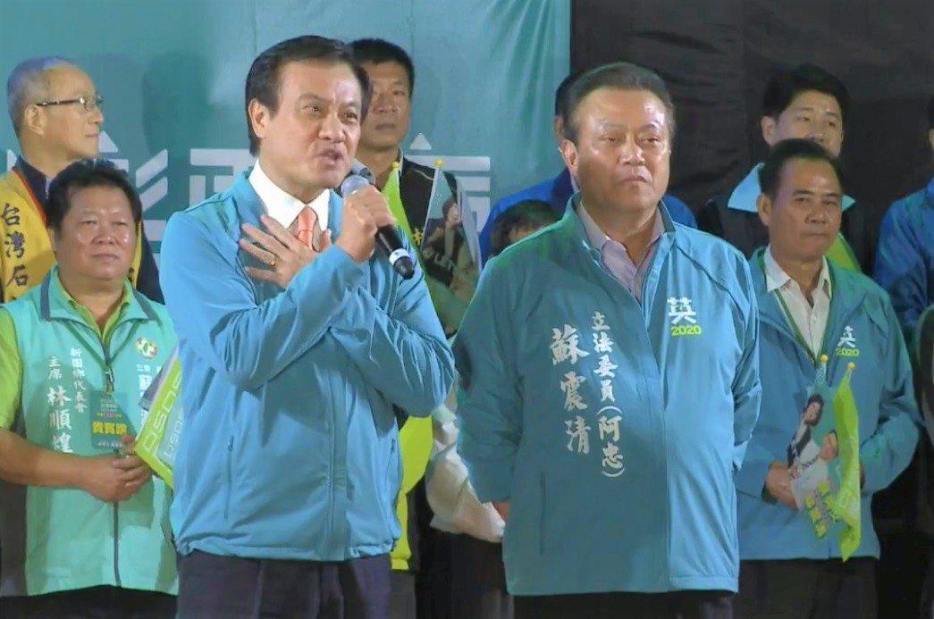 立法院長蘇嘉全(左)從政卅多年,加上他的姪子蘇震清(右)連任三屆立委,地方實力絕...