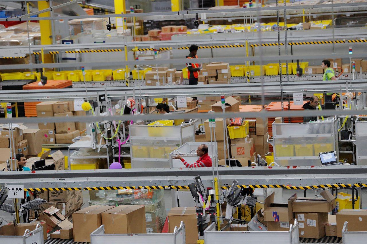 亞馬遜位於美國紐澤西州一處訂單處理中心,忙著處理網購星期一的訂單。路透