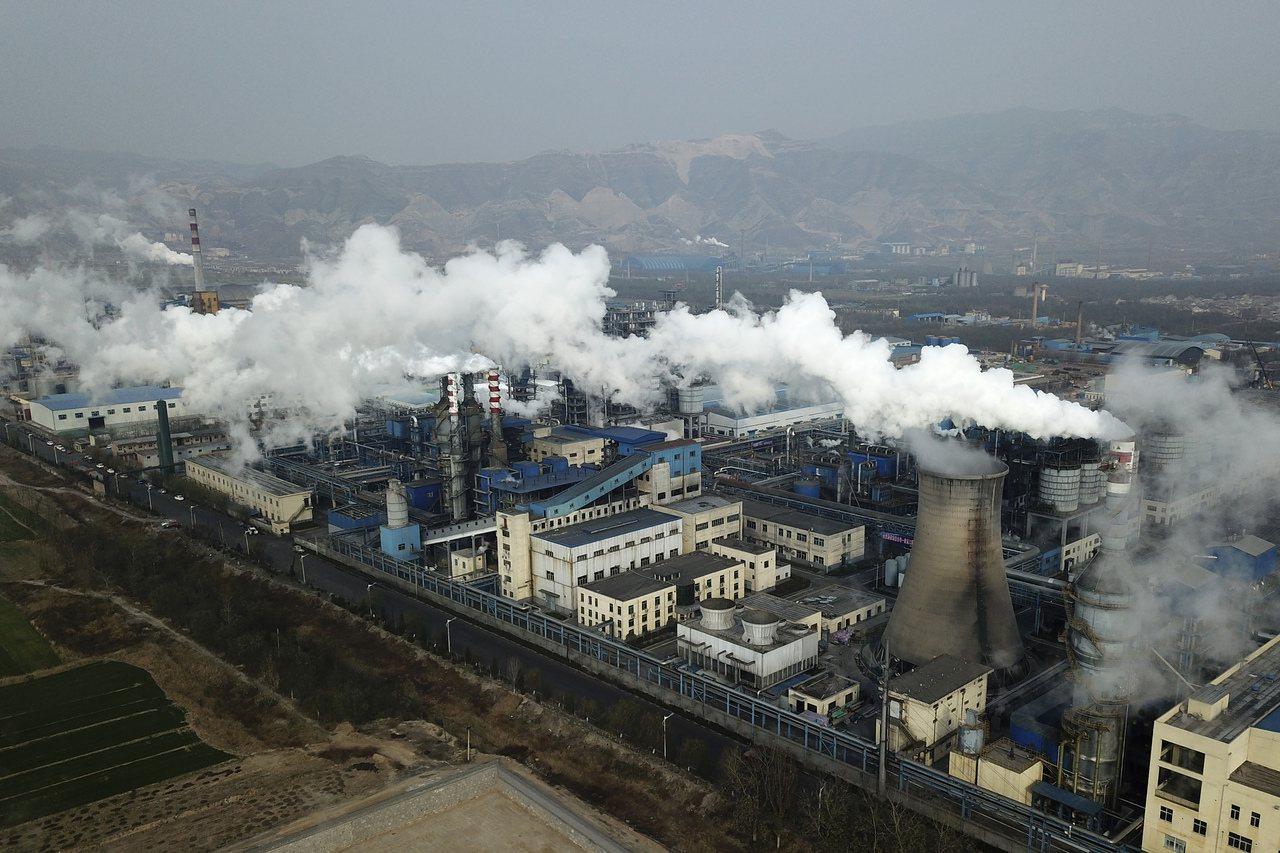 中國正興建更多燃煤電廠,並收緊可再生能源補貼,與先前做出對抗氣候變遷的承諾背道而...