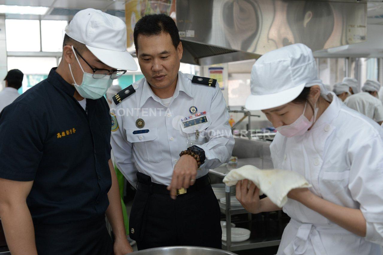 高雄市樹德家商昨天舉辦一場充滿濃濃軍事味的軍民創意料理賽,以國軍罐頭為料理主角,...