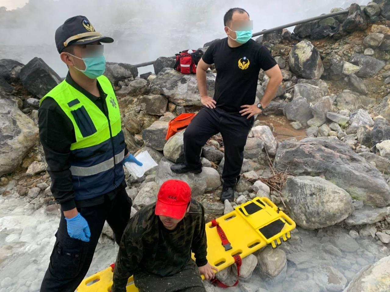 男闖陽明山野溪溫泉燙傷,2救護員救援雙腳遭殃,3人送醫。記者游明煌/翻攝