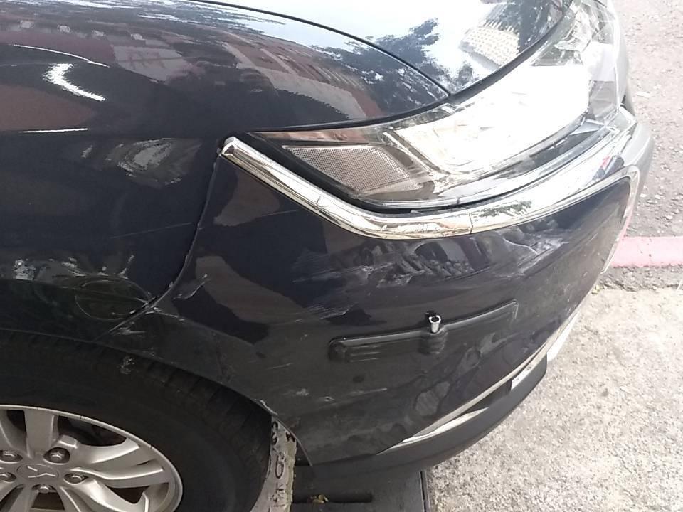 新興警分局警車右前保險桿被撞損。記者林保光/翻攝