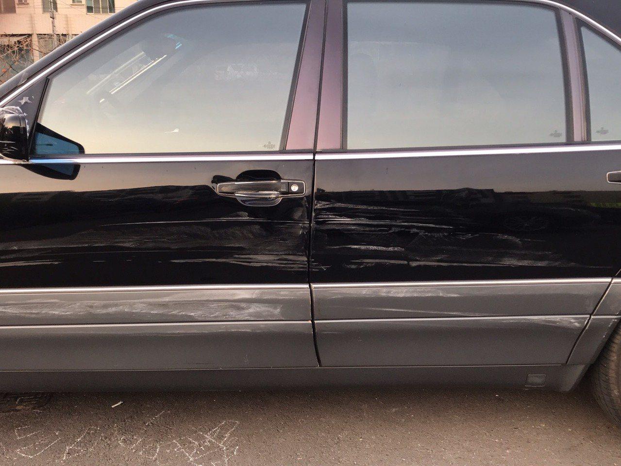 警方查獲趙姓男子所開的朋友賓士車,左車身因擦撞警車留下擦痕。記者林保光/翻攝