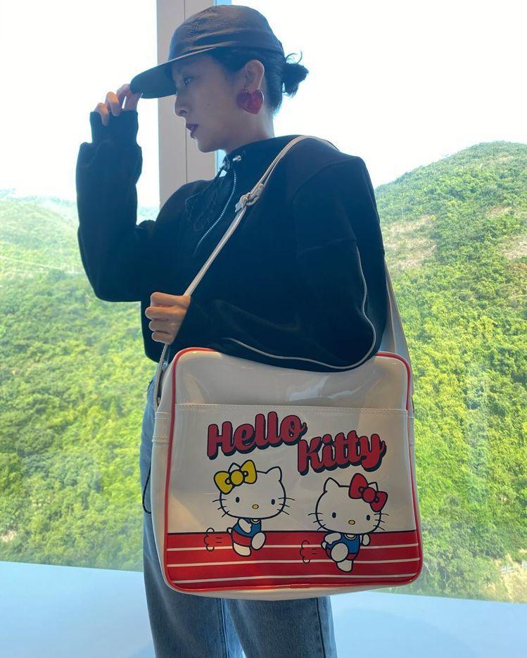 徐濠縈在IG秀出拎著Hello Kitty運動包的造型,非常勸敗。圖/摘自徐濠縈...
