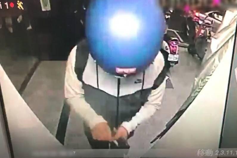 影/台中男撿人皮包拿走1.2萬 還用卡預借現金被抓包