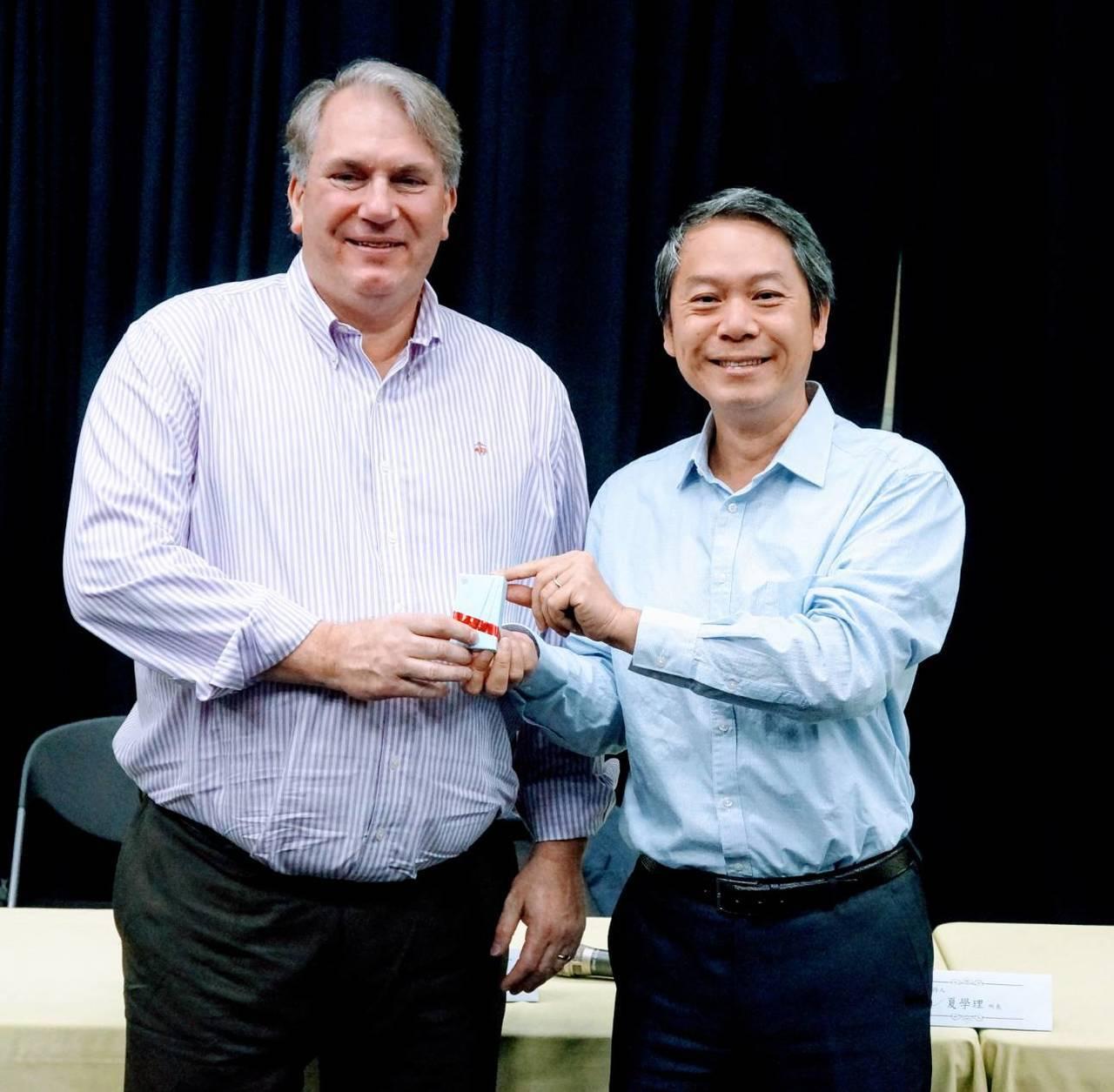 台師大表演所所長夏學理(右)表示,上月23日晚間,他與首度來訪亞洲的紐約大學表演...