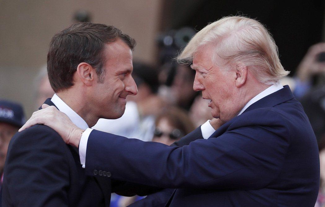 美國總統川普(右)與法國總統馬克宏今年6月共同參加諾曼地登陸紀念活動時,互動熱絡...