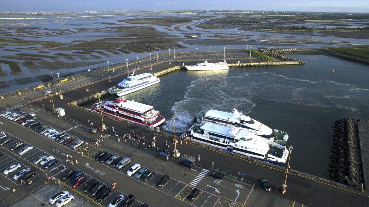 台電計畫在嘉義縣布袋商港北堤內側防風林區設4部風力發電機,在環保署環評審查改設3...