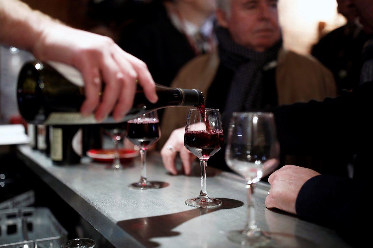 美國政府2日指出,擬對法國葡萄酒、乳酪等價值24億美元的法國產品加徵最高100%...