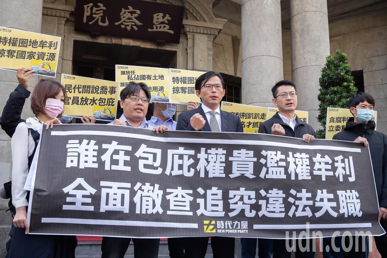 立法委員黃國昌今天上午赴監察院遞案要求調查雲林砂石場圈地案。記者季相儒/攝影