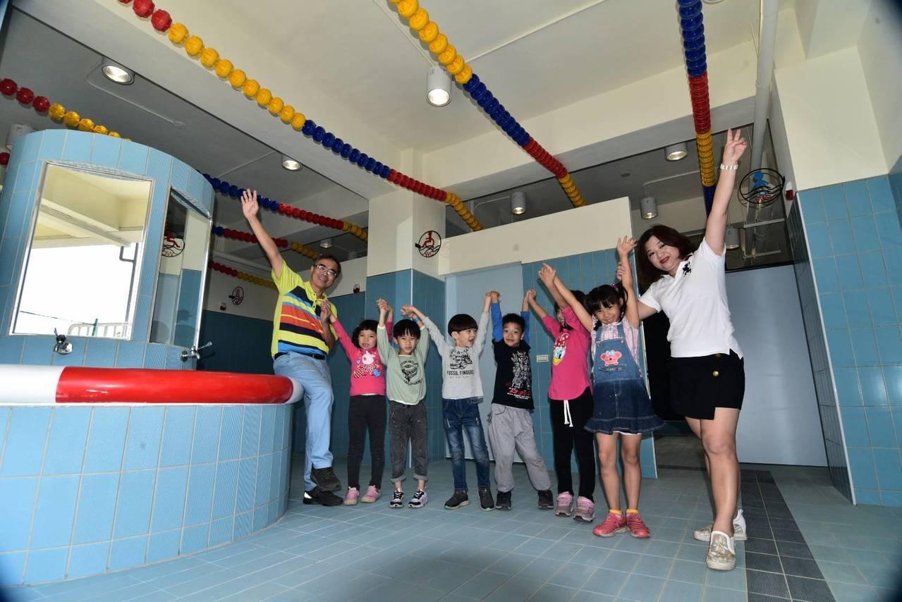 高雄市小港區桂林國小改建老廁所,呈現「運動主題風」,打造出游泳場域空間意象。圖/...