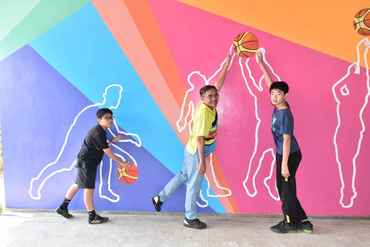 高雄市小港區桂林國小改建老廁所,呈現「運動主題風」,打造出籃球場域空間意象。圖/...