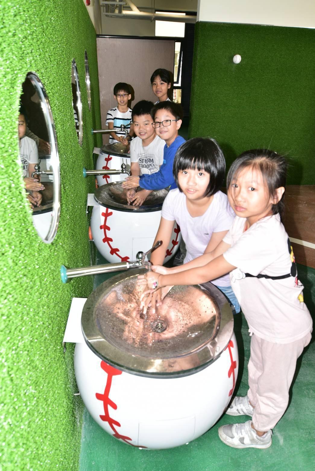高雄市小港區桂林國小改建老廁所,呈現「運動主題風」,打造出棒球場域空間意象。圖/...