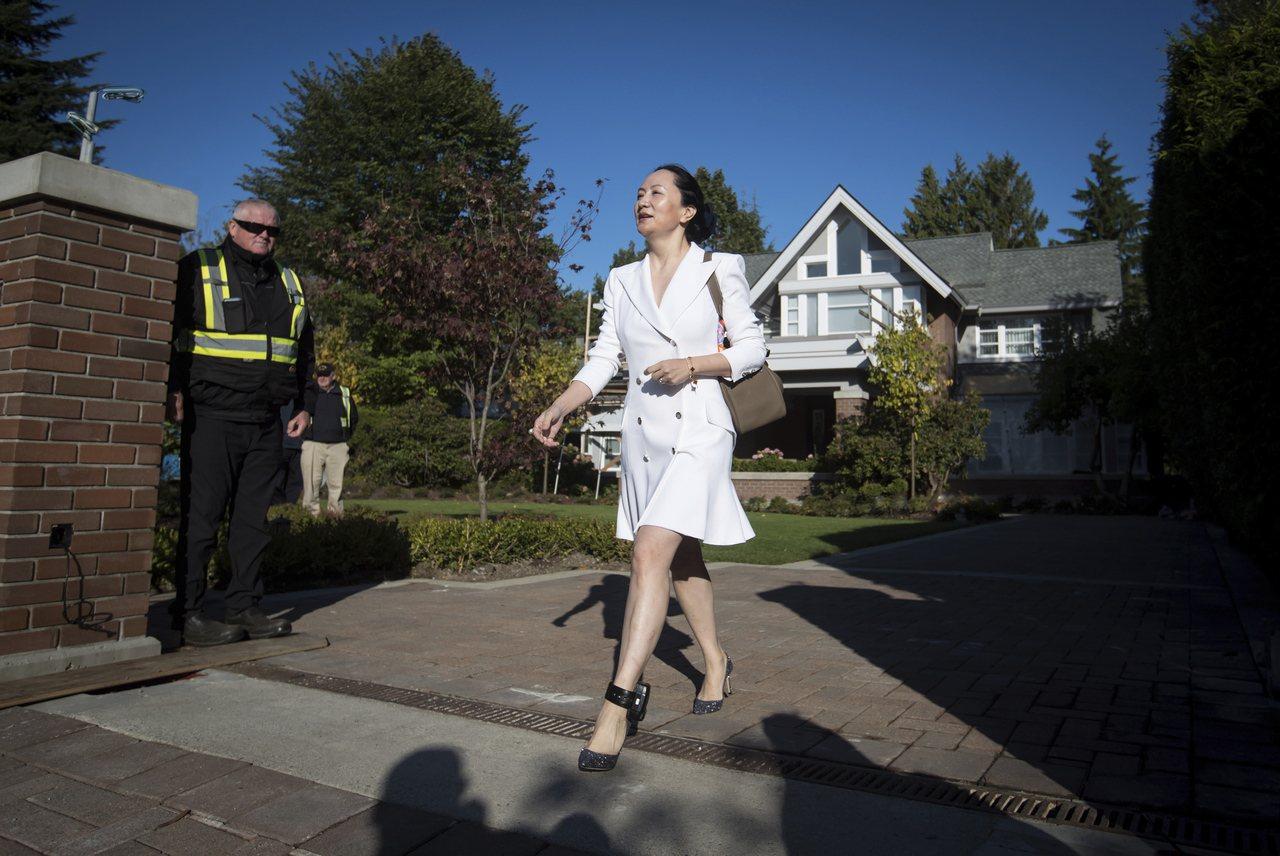 華為前財務長孟晚舟10月1日戴著電子腳鐐,離開她的住處,赴溫哥華最高法院出席聽證...