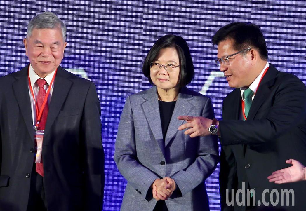 蔡英文總統(中)、經濟部長沈榮津(左)、交通部長林佳龍(右)上午出席「全國交通科...