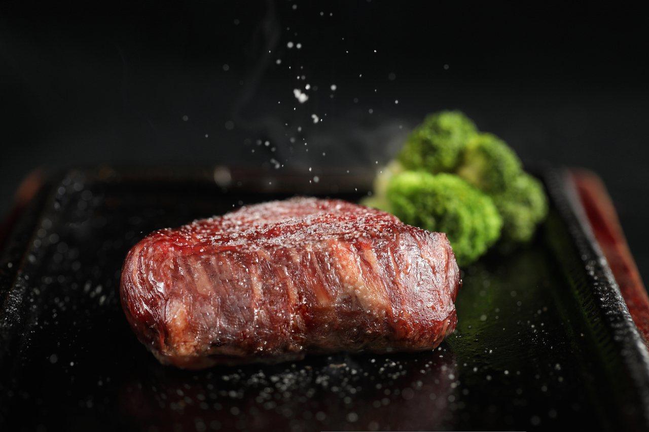 採用高溫鐵板香煎到完美熟度。圖/鉄火牛排提供
