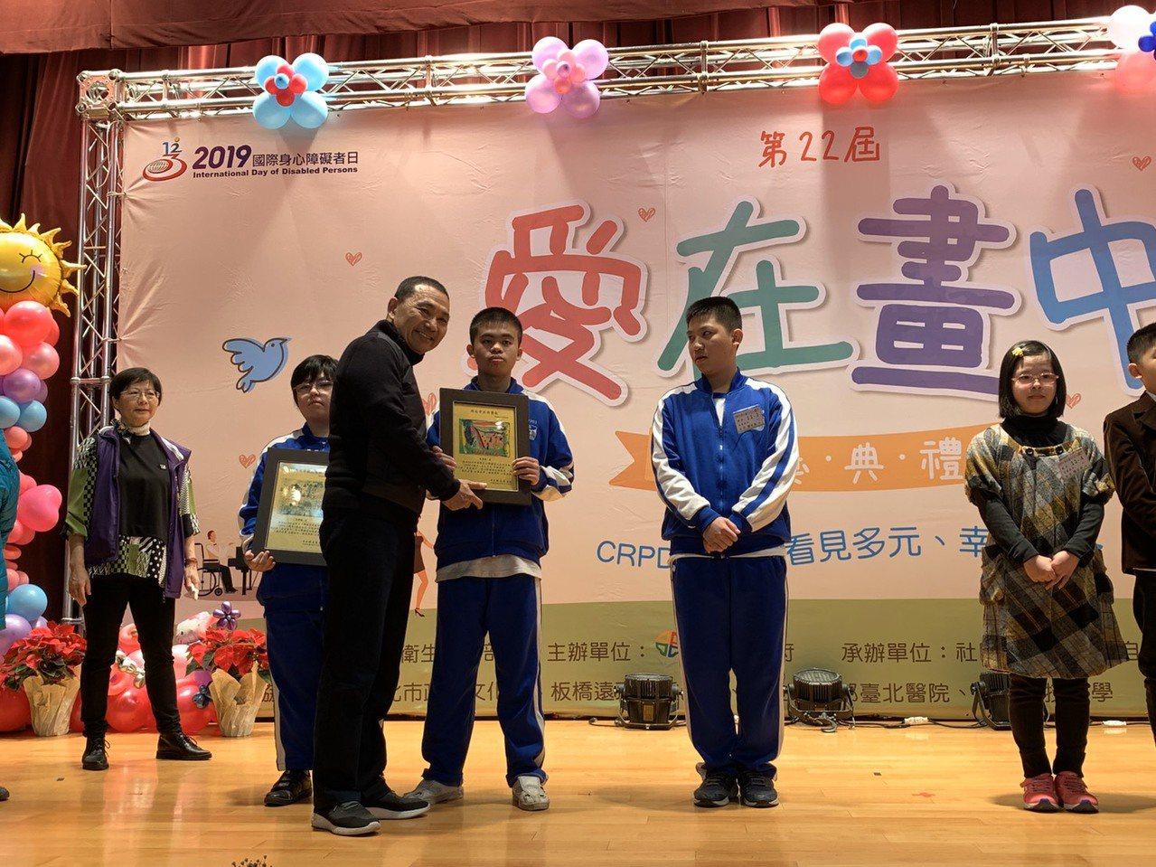 侯友宜今天出席第22屆「愛在畫中」身心障礙者巡迴畫展頒獎典禮。記者張曼蘋/攝影
