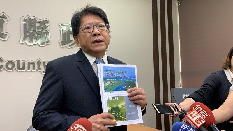屏東縣長潘孟安今拿起高雄捷運局的規畫報告反問:「這怎麼會是假新聞」?記者翁禎霞/攝影