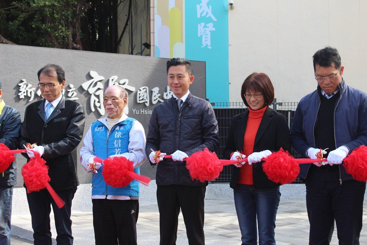 新竹市育賢國中創校64年來首座通學步道今天正式啟用,市長林智堅帶著老中青三代校友...