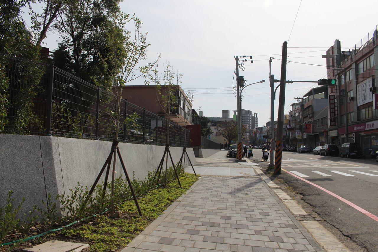育賢國中將校園與光鎮里周遭社區環境融入規劃,打造總長518公尺、寬1.5到4公尺...