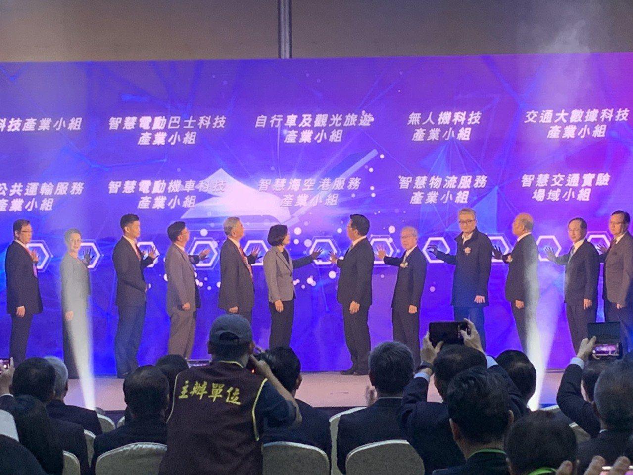 交通部今(3)日於台北國際會議中心舉辦首次的「全國交通科技產業會議」,交通部長林...