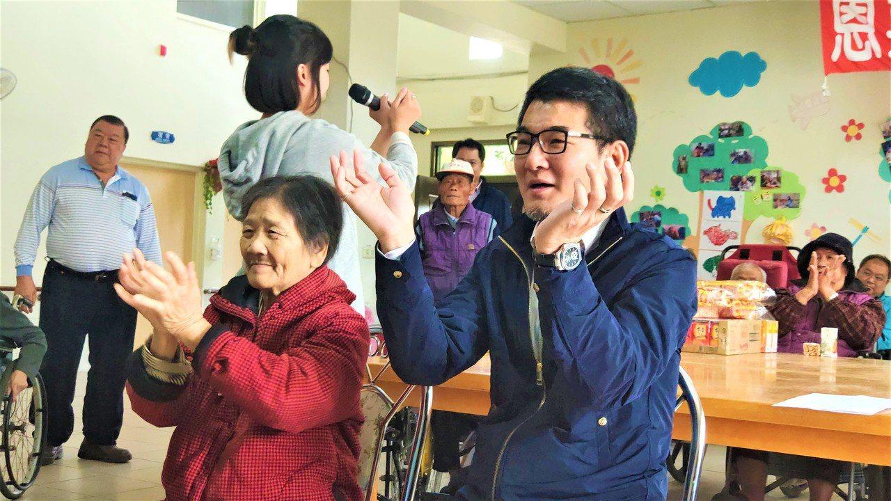 立委劉建國(右)到場與長輩們開心互動。記者李京昇/攝影
