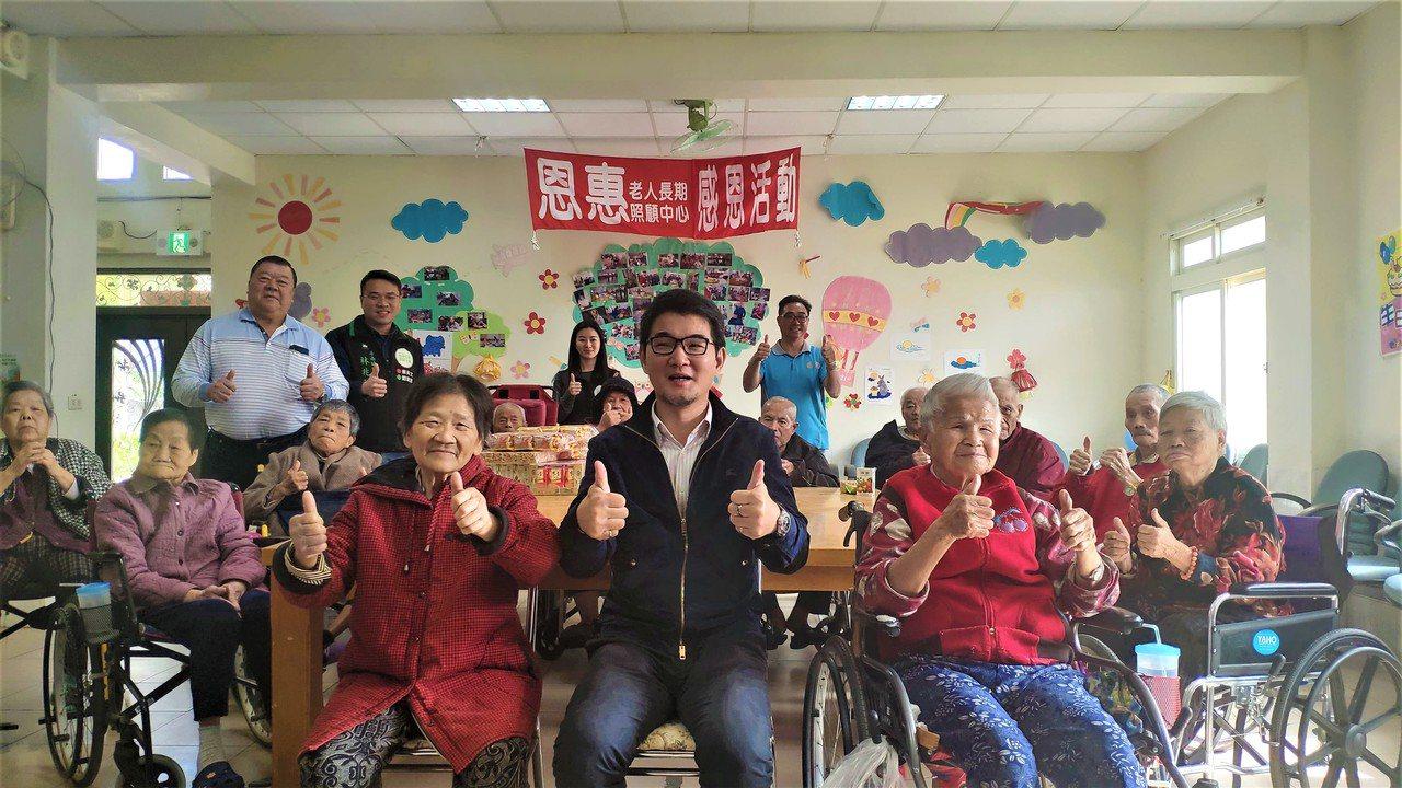 立委劉建國(中)到場與長輩們開心互動。記者李京昇/攝影