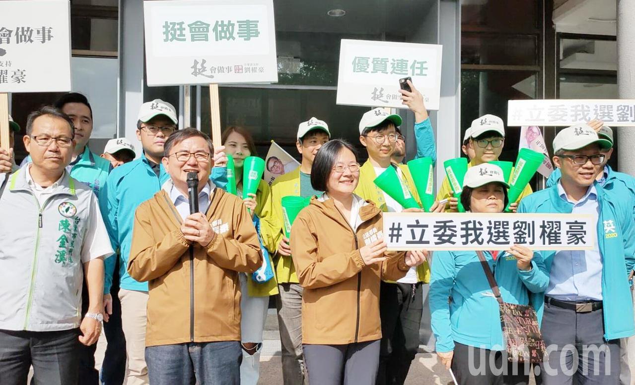 尋求連仁的劉櫂豪(左二)選戰訴求,強調自己是「台東子弟」。記者羅紹平/攝影