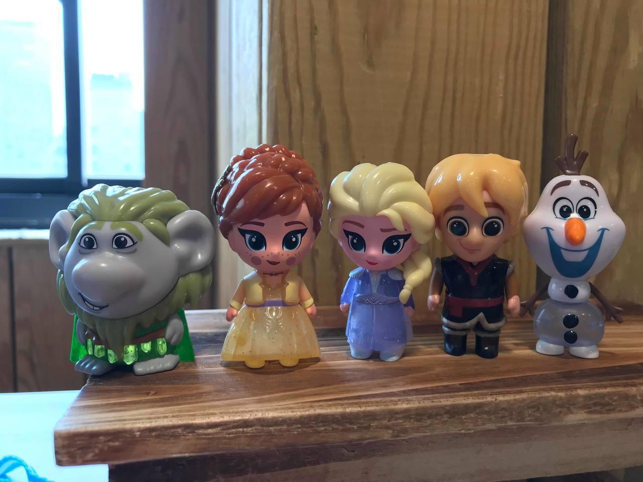 「冰雪奇緣2」發光公仔系列,全家便利商店12月11日正式開賣,共10款,每款售價...
