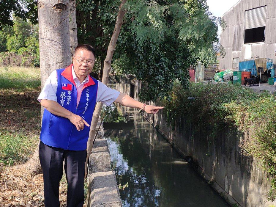 歷經五年努力,台南市議員蔡育輝今召開新營交流道機車涵洞將打通記者會。記者謝進盛/攝影