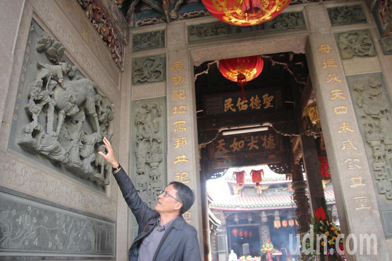 文史工作者陳仕賢說,鹿港天后宮的石雕出自名家蔣馨之手,極具可看性。記者林宛諭/攝...