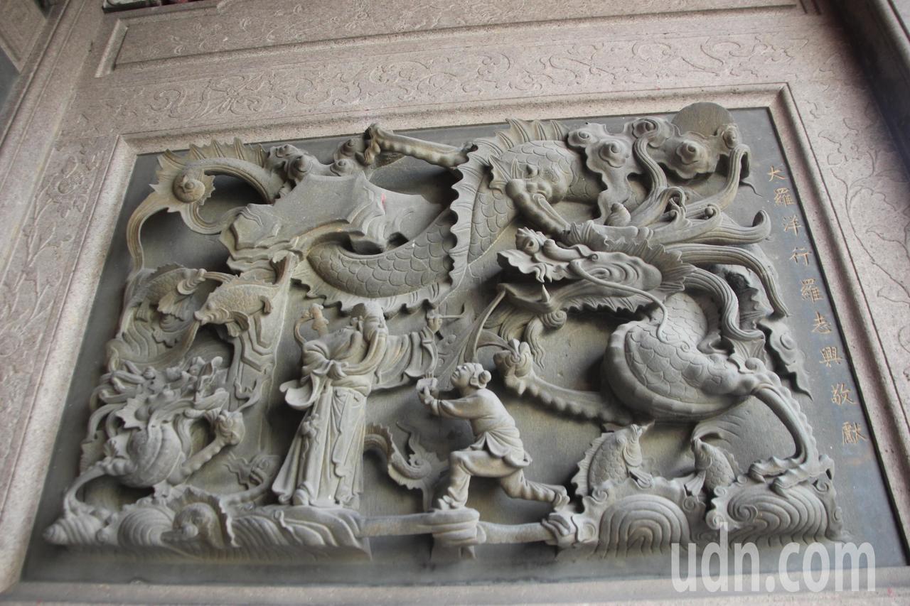 鹿港天后宮的石雕出自名家蔣馨之手,極具可看性。記者林宛諭/攝影