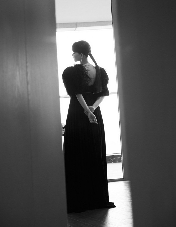 昆凌以復古劉海詮釋CELINE黑色羽毛綴飾飄逸長禮服。圖/取自IG