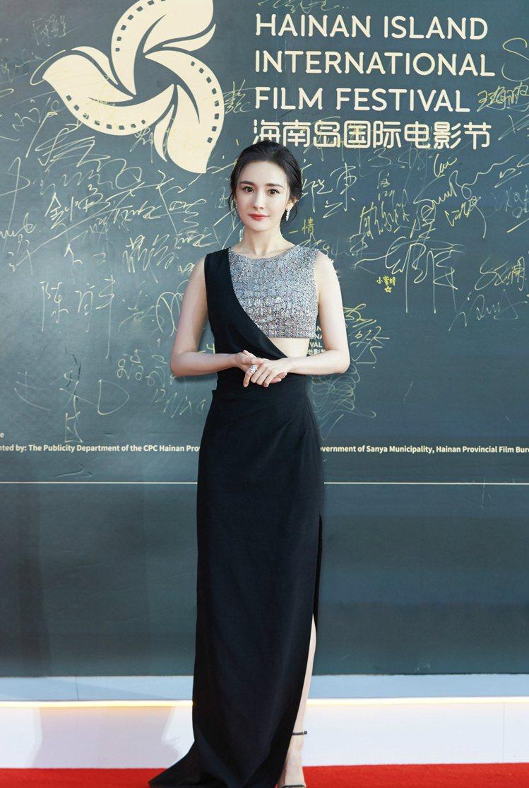 楊冪穿著CELINE銀黑色拼接露腰長禮服。圖/CELINE BY HEDI SL...