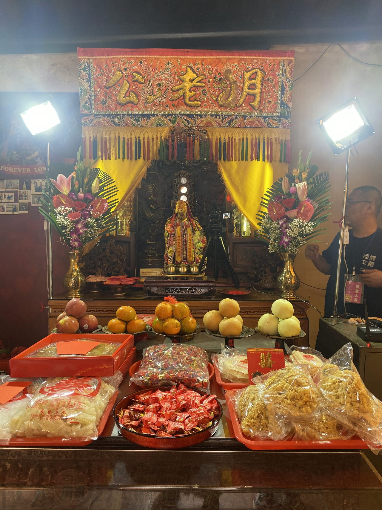 新人在台南祀典武廟感謝月老賜良緣。記者修瑞瑩/攝影