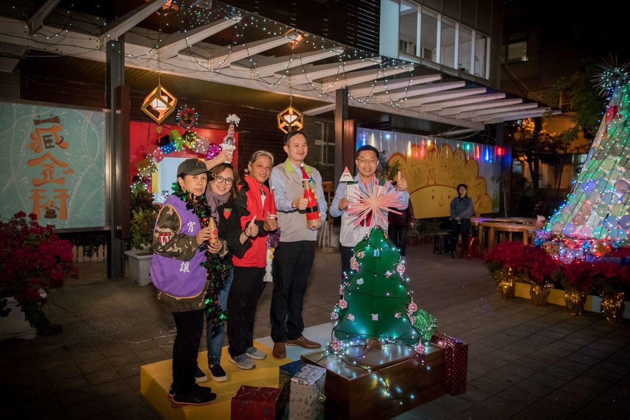 台南市環保局藏金閣點燈了,耶誕飾品都以資源回收物製作。圖/台南市環保局提供