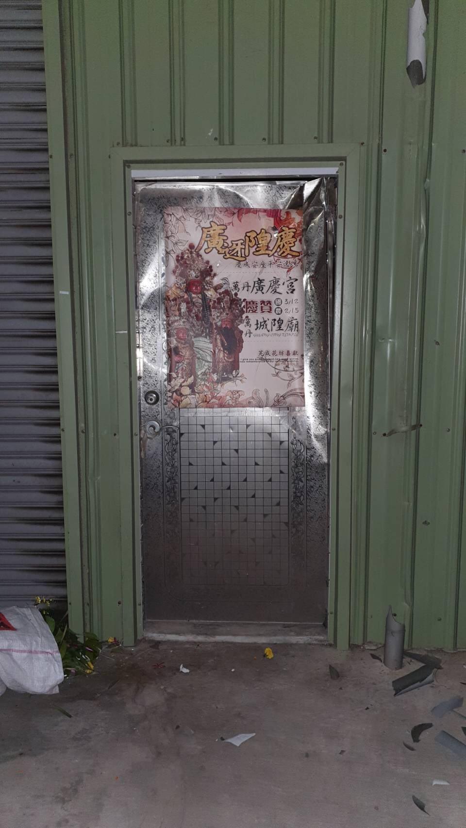 屏東萬丹鄉昨晚一間花店,遭數十名蒙面黑衣男持棍棒砸店,警方主動介入偵辦。圖/屏東...