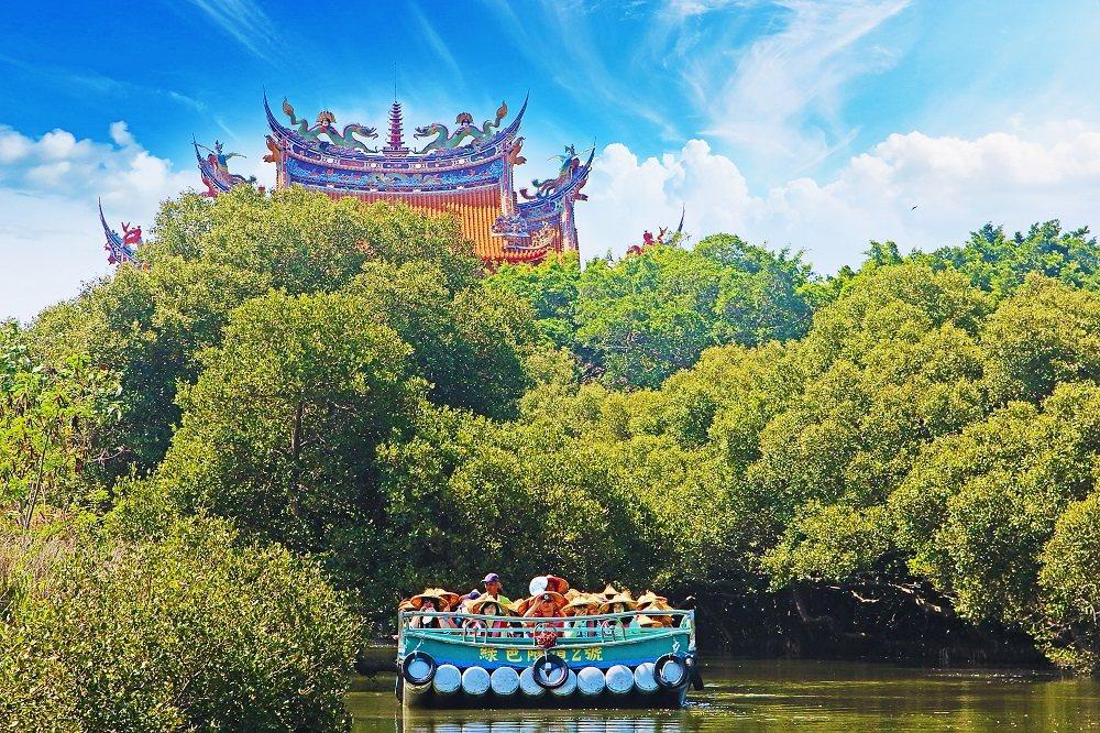 遊客搭乘台灣好行公車後下車,可以在四草大眾廟前搭乘管筏穿梭綠色隧道。圖/台江國家...