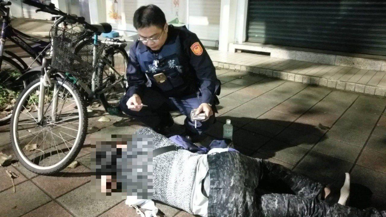 松山分局三民派出所警員白曉帆,日前助醉倒路邊的士官返家。記者蔡翼謙/翻攝