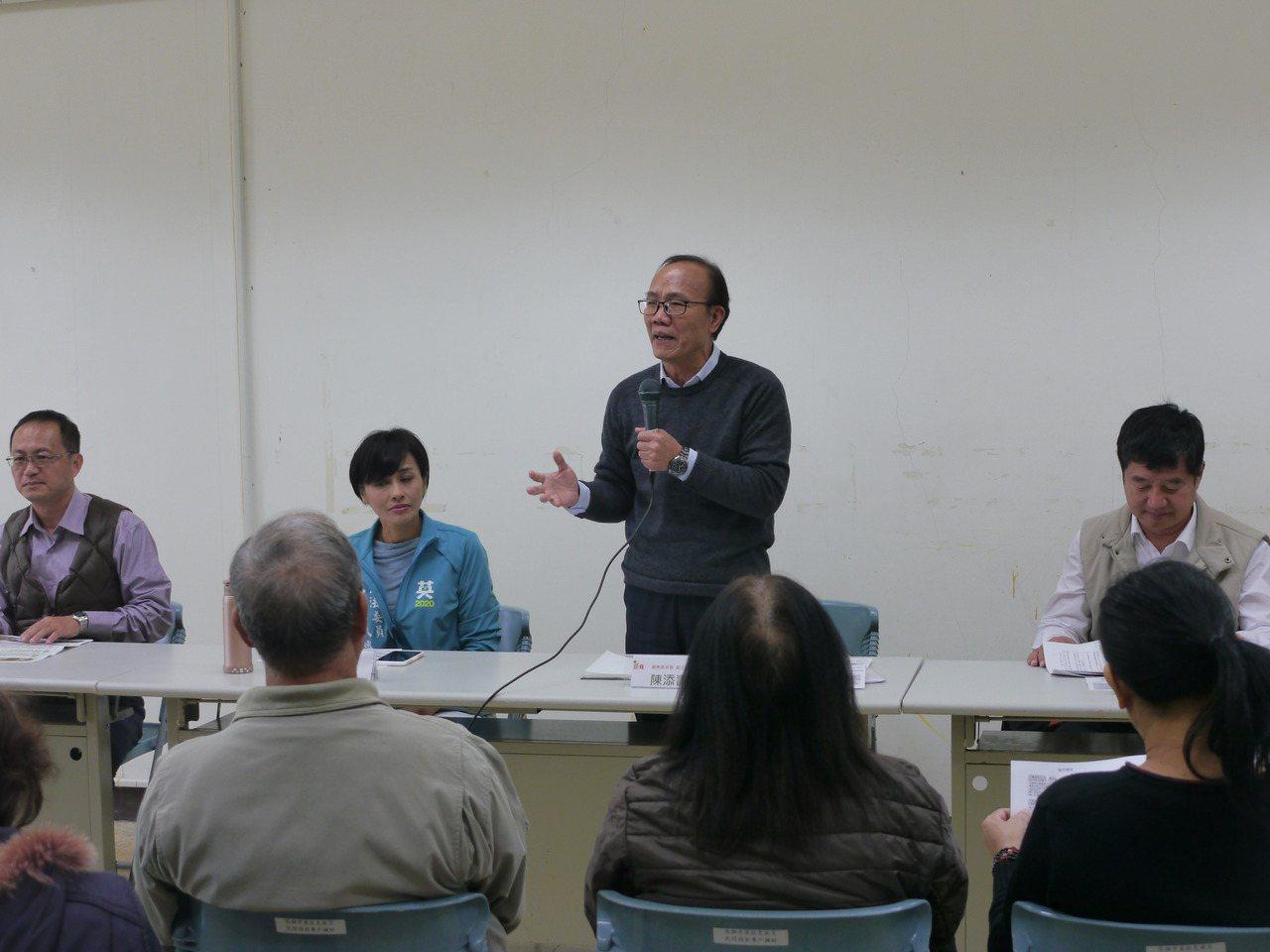 農委會副主委陳添壽(右二)下鄉與農民座談。記者徐白櫻/攝影