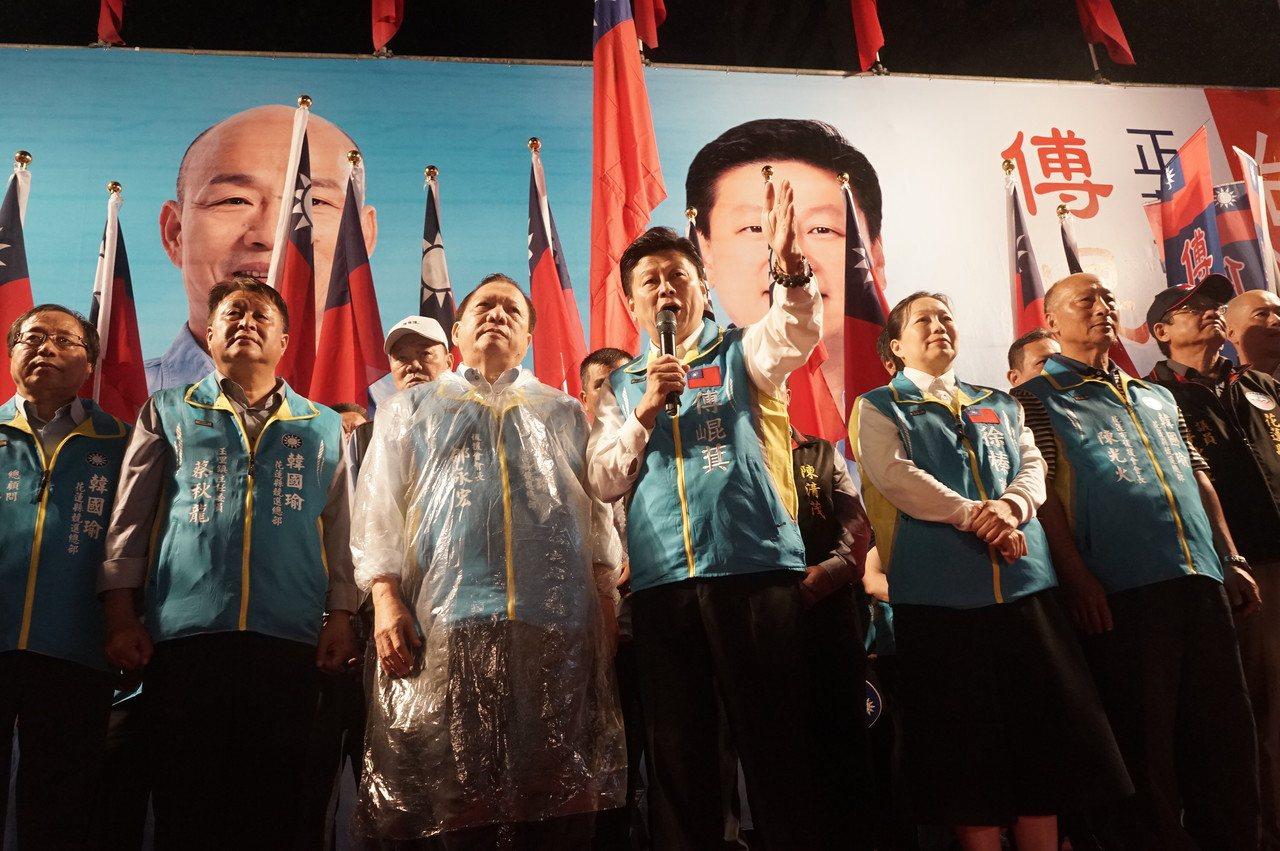 無黨籍立委參選人傅崐萁(中)上月27日成立競選總部。圖/報系資料照片