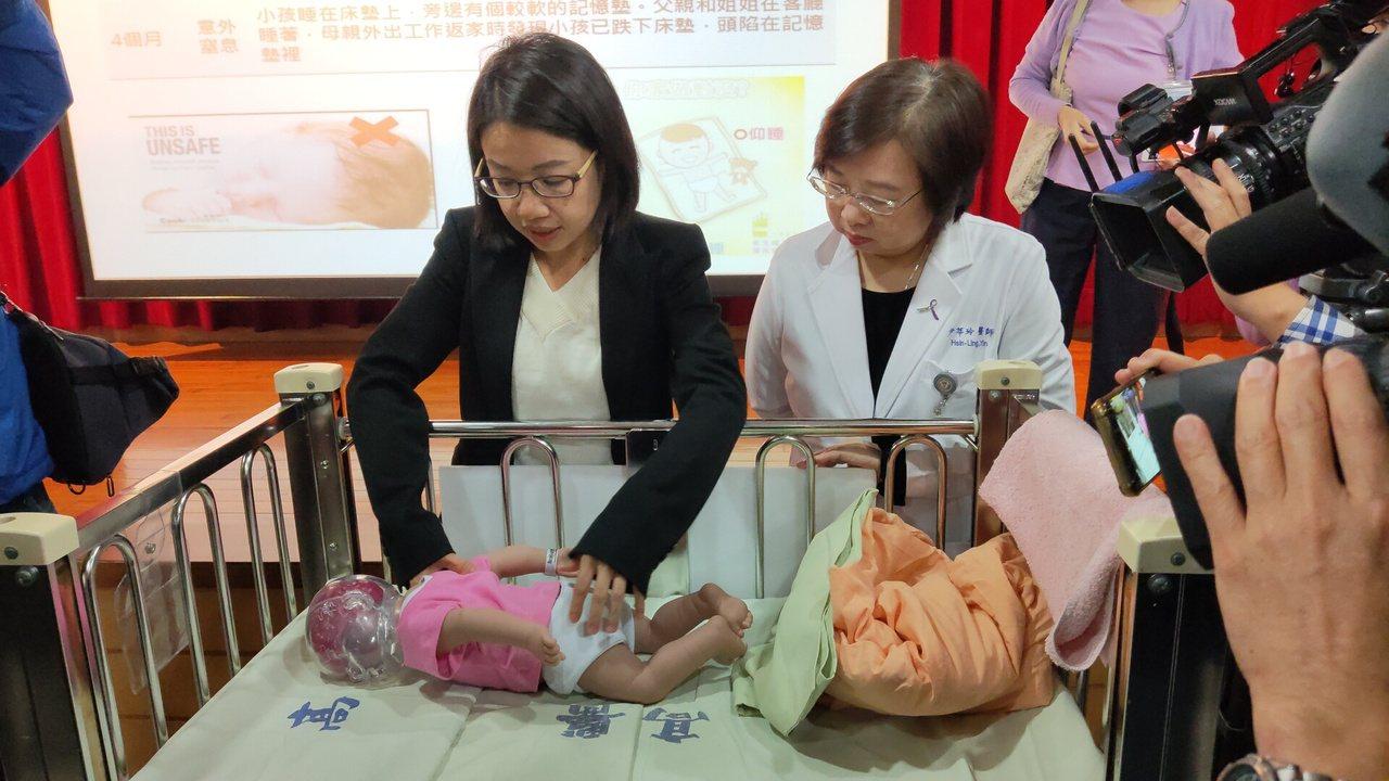 高醫大公共衛生學系助理教授梁富文(左)進行「兒童死亡回顧分析研究」,發現有5名1...