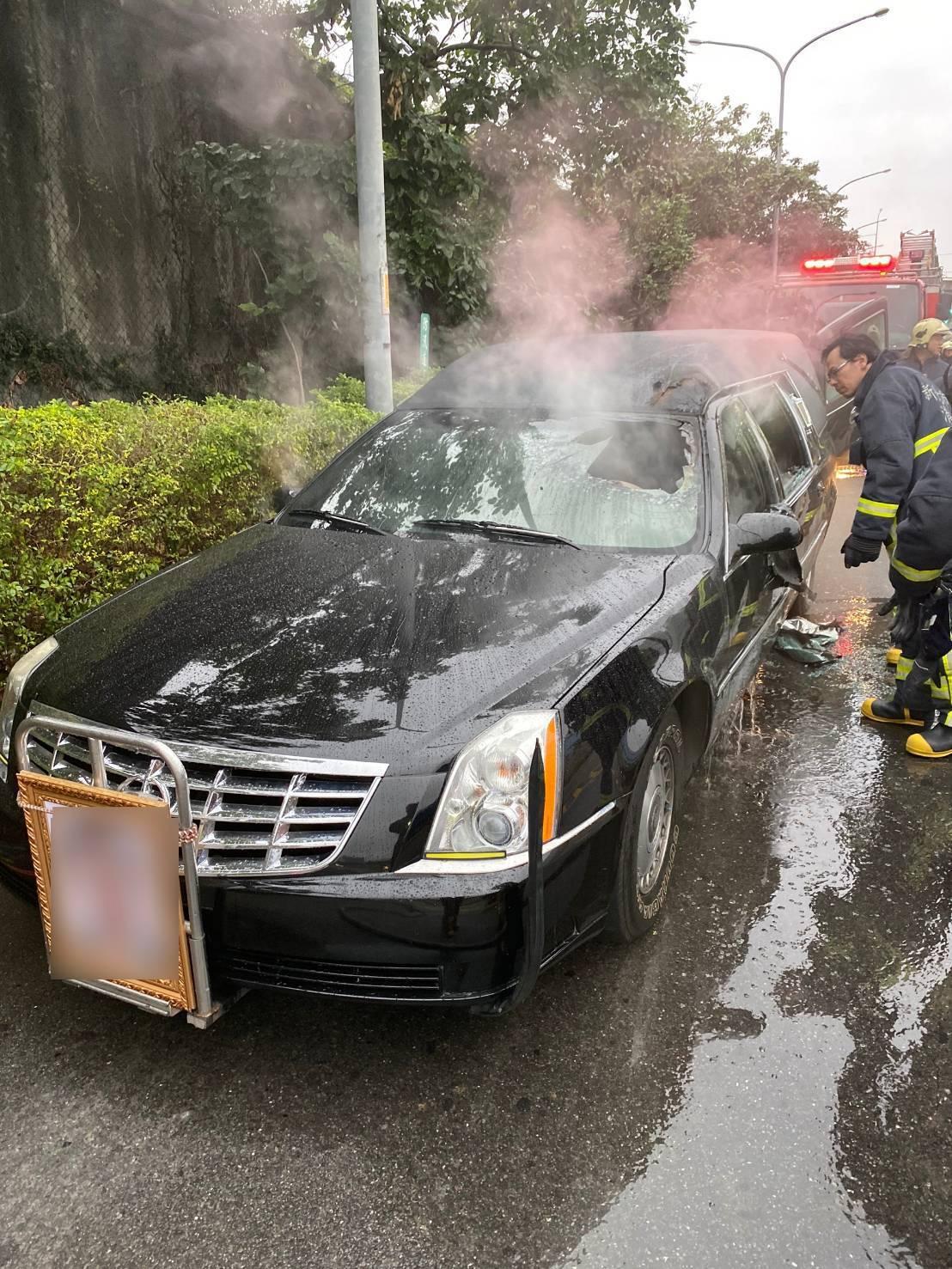 新北市板橋區今天下午3時許傳出火燒車意外,一輛靈車在出殯途中,行經環河西路五段時...